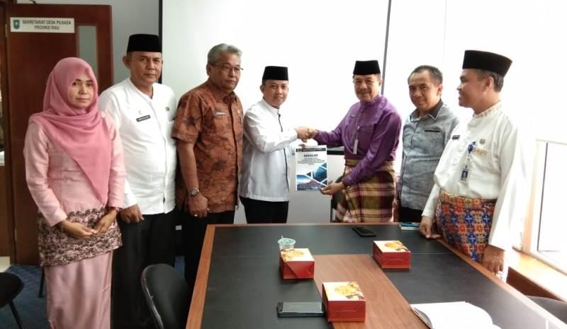 Ketua DPRD Inhil Serahkan Hasil Penetapan Pemenang Pilkada Serentak Kepada Gubri