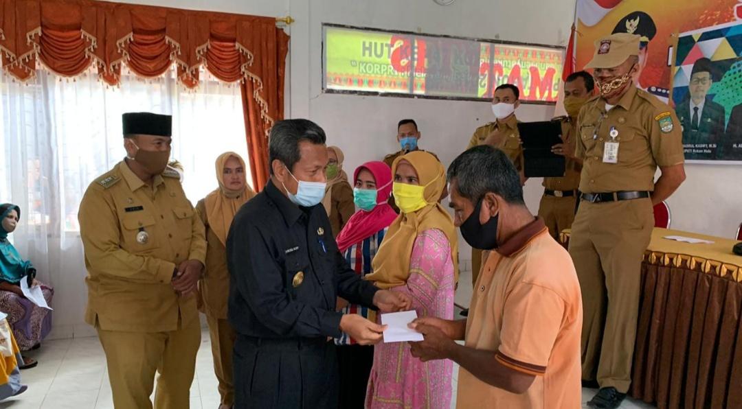 Bantuan Keuangan Khusus Tahap II Bersumber Dana APBD Provinsi Diserahkan Pjs Bupati Rohul