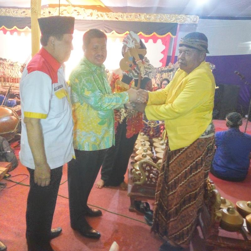 Ketua Dewan Penasehat Dpd Ii Golkar Bengkalis Menghadiri Acara Wayang Kulit Di Duri