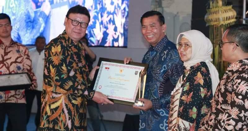 Mendagri RI Beri Penghargaan Kinerja Tertinggi Kepada Walikota Pekanbaru