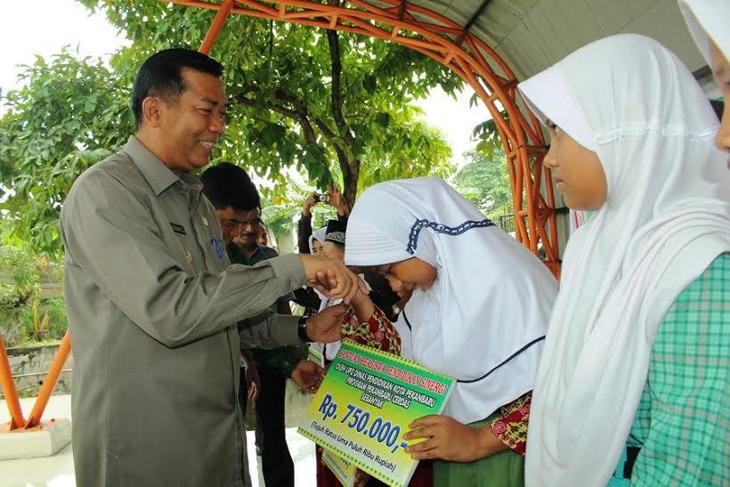 Pemko Berikan Bantuan Zakat Profesi Guru kepada 260 Siswa