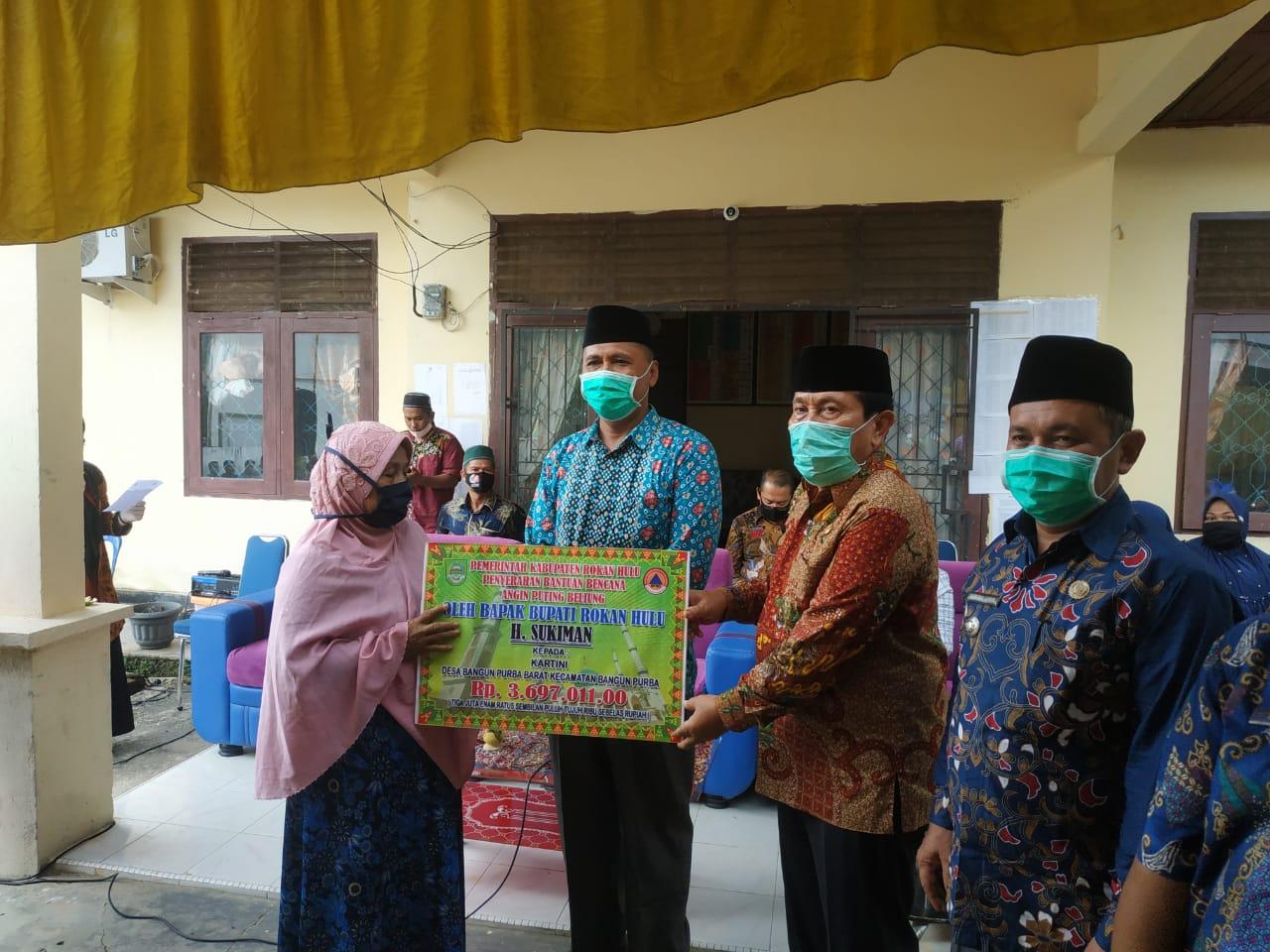 Bupati Rohul H. Sukiman Serahkan Bantuan Korban Bencana Alam di Desa Bangun Purba Barat